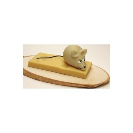 Myš se sýrem na dřevěné desce
